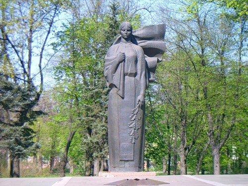Памятник скорбящая мать памятники гранит карелия таганрог
